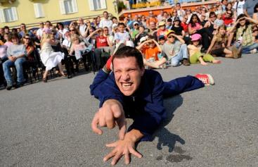 """Ascona: quinta edizione del Festival artisti di strada. Nella foto un momento dello spettacolo """"I have a dream"""" di Big Ben. ©Ti-Press/Gabriele Putzu"""